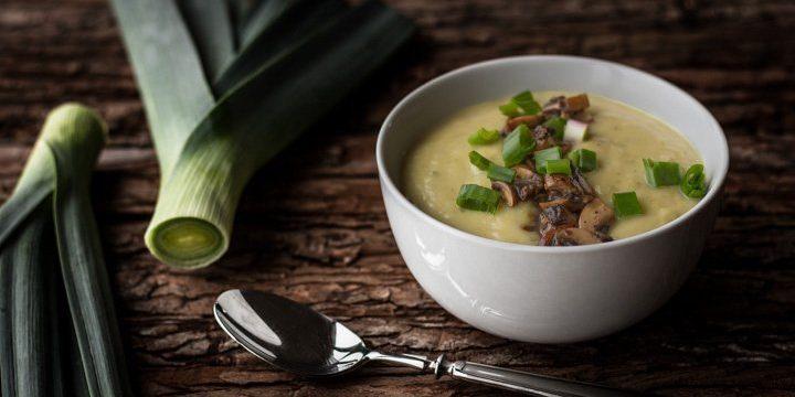 Kartoffel-Lauch-Cremesuppe mit geschmorten Champignons und Frühlingszwiebeln
