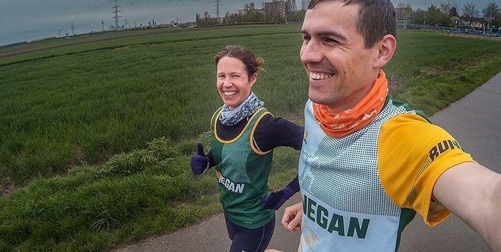 Daniel und Katrin tragen die Run Vegan Laufshirts und Singlets beim Laufen
