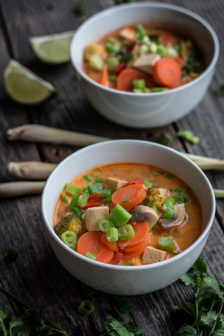 Zwei Schalen mit veganer Tom-Yam-Suppe