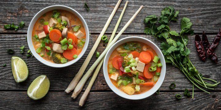 Titelbild: Zwei Schalen mit veganer Tom Yam Suppe