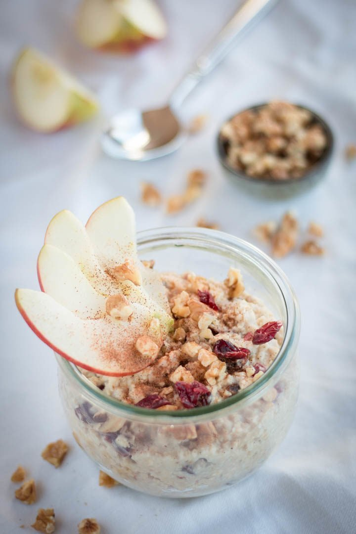 Eine Schale Hafer-Porridge mit Äpfeln und Cranberries