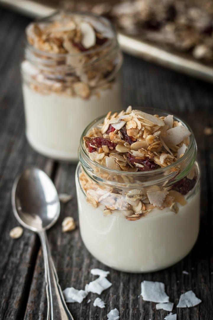 veganes Knuspermüsli mit Joghurt