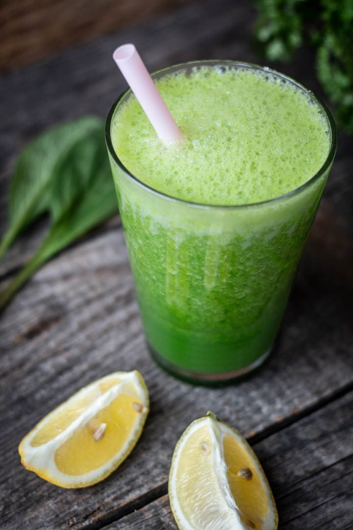 Ein Glas Grüne Soße-Smoothie