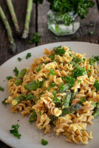 Pasta mit grünem Spargel und einer cremigen Zitronen-Kichererbsen-Soße