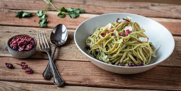 Ein Teller Pasta mit veganem Avocado-Koriander-Pesto
