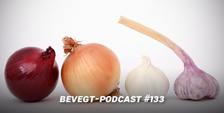 Zwiebeln und Knoblauch vor einem weißen Hintergrund