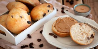 Selbstgebackene Schoko-Rosinenbrötchen mit Erdnussmus
