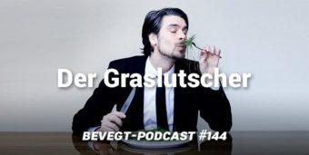 """Jan Hegenberg aka """"Der Graslutscher"""" hält sich eine Gabel mit Gras unter die Nase"""