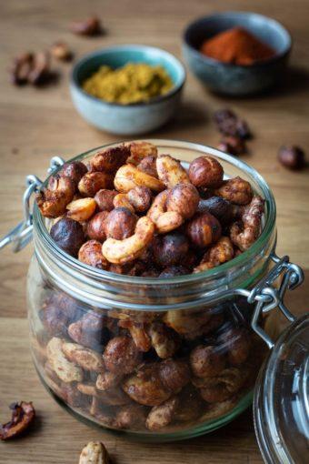 Ein Einmachglas mit geröstetem Nussmix aus Cashews, Mandeln, Haselnüssen und Walnüssen