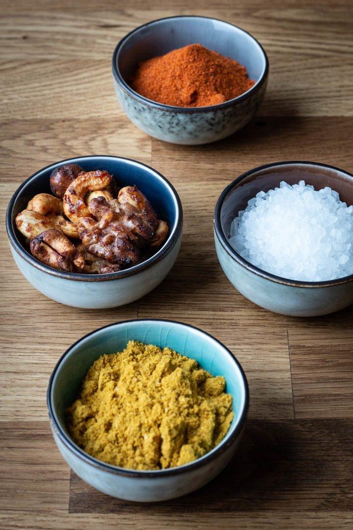 Kleine Schälchen mit Ras el Hanout, Salz, Nussmix und Paprikapulver