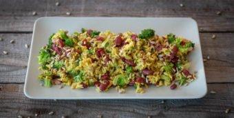 Titelbild: Ein Teller Curry-Reis mit Brokkoli und Kidneybohnen