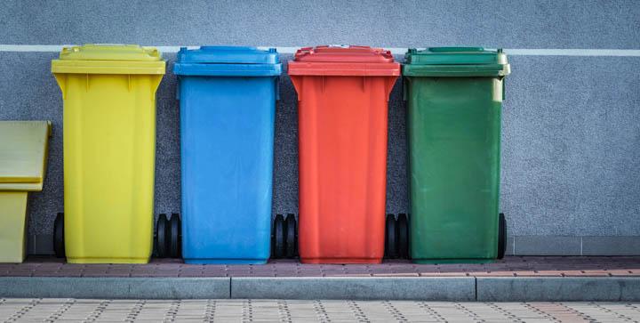 Titelbild: Bunte Mülltonnen vor einen grauen Wand
