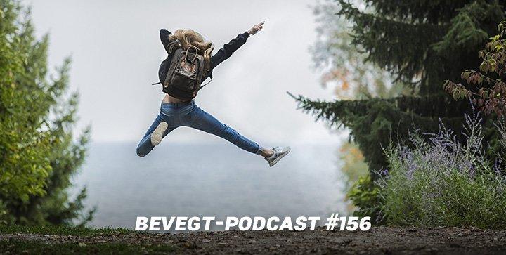 Titelbild: Eine Frau macht einen Luftsprung