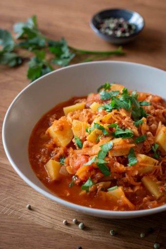 Ein Teller Sauerkrautsuppe