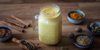 Titelbild: Ein Glas mit selbstgemachter goldener Milch