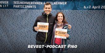 Titelbild: Daniel und Katrin mit ihren Startnummern für den Hannover Halbmarathon 2019