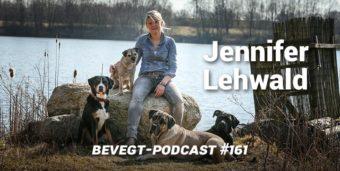 Titelbild: Die Hundetrainerin Jennifer Lehwald mit ihren Hunden