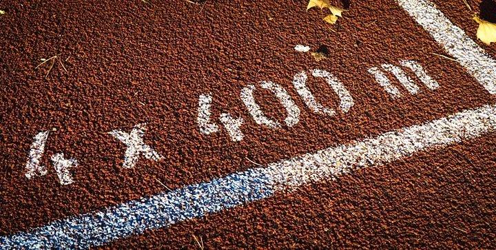 Titelbild: Eine weiße Distanzmarkierung auf einer Tartan-Laufbahn