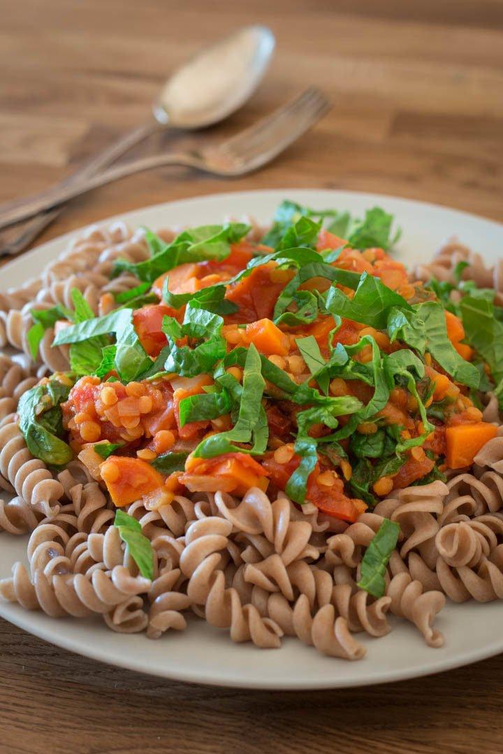 Ein Teller Pasta mit veganer Linsenbolognese