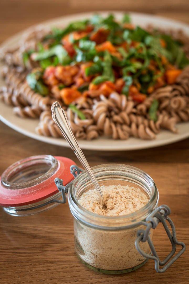 """Veganer """"Parmesan"""" aus gemahlenen Mandeln und Hefeflocken"""