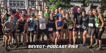 Titelbild: Ein Teil der veganen Läufer/innen vor dem Start der 4. Etappe des Brüder Grimm Laufs 2019