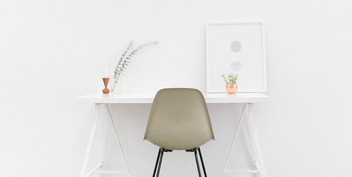 Ein minimalistischer Schreibtisch ohne PC oder Laptop