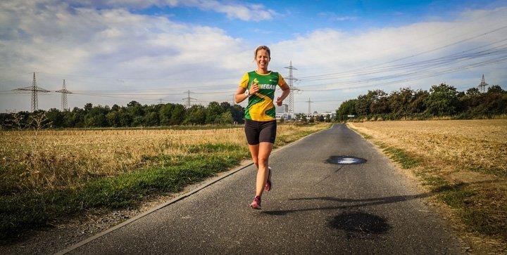 Katrin läuft auf einem Feldweg
