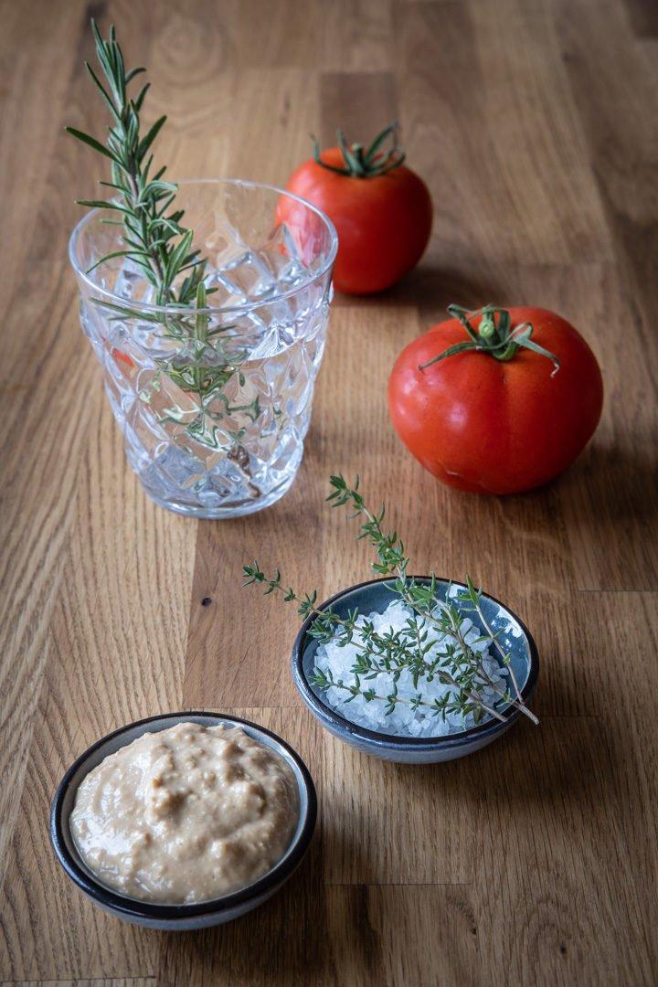 Cashewcreme, Salz, Tomaten und Gewürze für das vegane Risotto