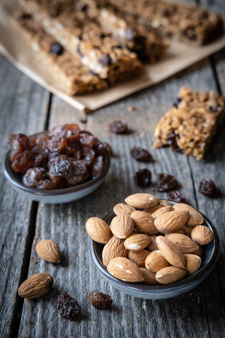 Mandeln und Rosinen - zwei der Zutaten für die veganen Haferflocken-Nuss-Flapjacks