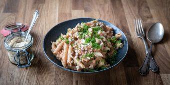Pasta mit Brokkoli, Tempeh und Tomaten-Cashew-Soße