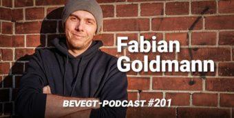 Der Journalist und vegane Läufer Fabian Goldmann steht vor einer roten Ziegelmauer