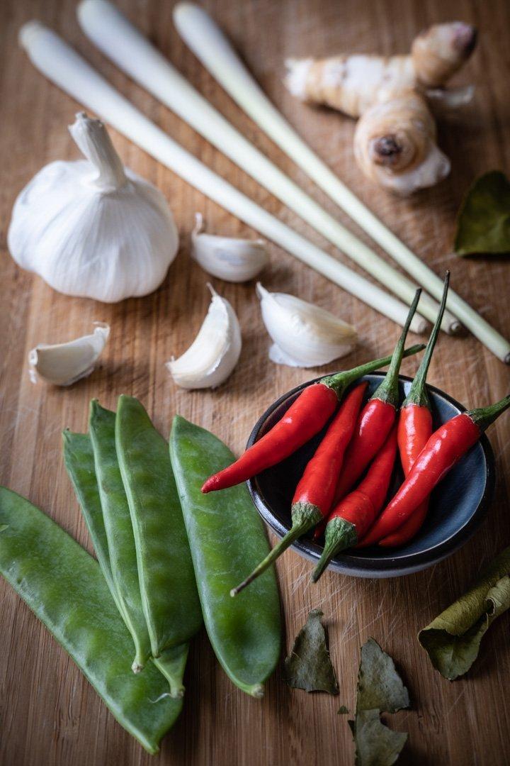 Zutaten für eine vegane Tom Ka Gai Suppe