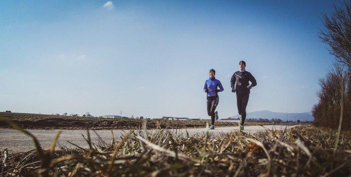 Katrin und Daniel laufen auf einem Feldweg