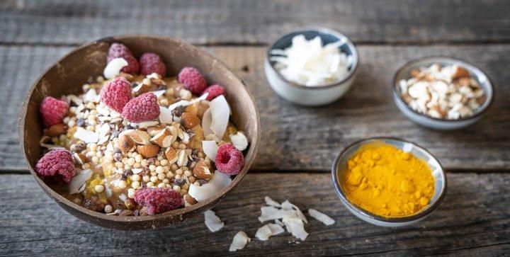 Veganes Kurkuma-Power-Porridge mit Beeren und Nussmus