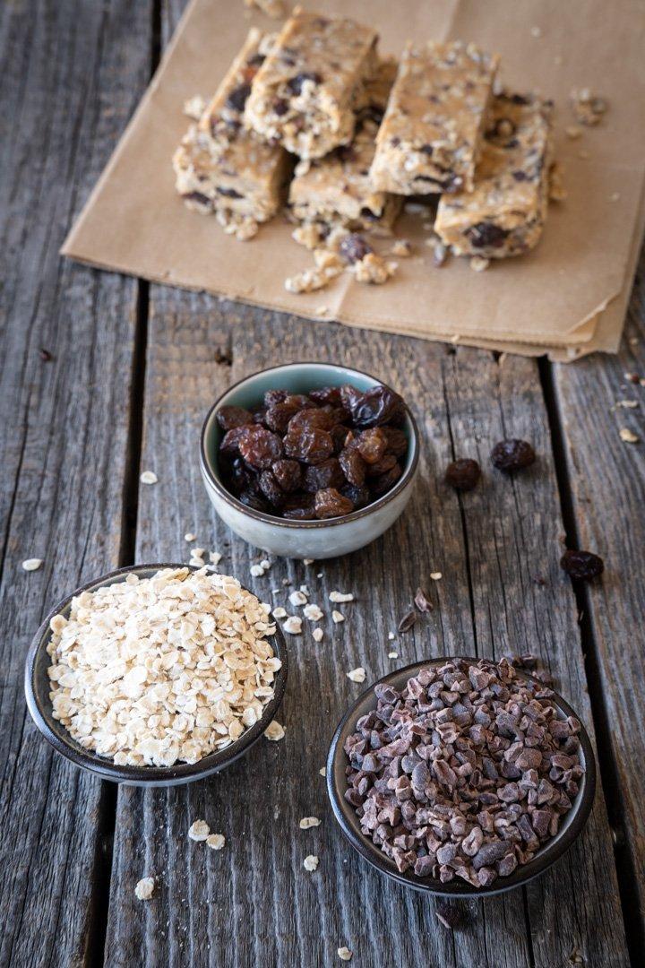 Kakaonibs, Haferflocken und Rosinen - drei der Zutaten für die veganen Müsliriegel