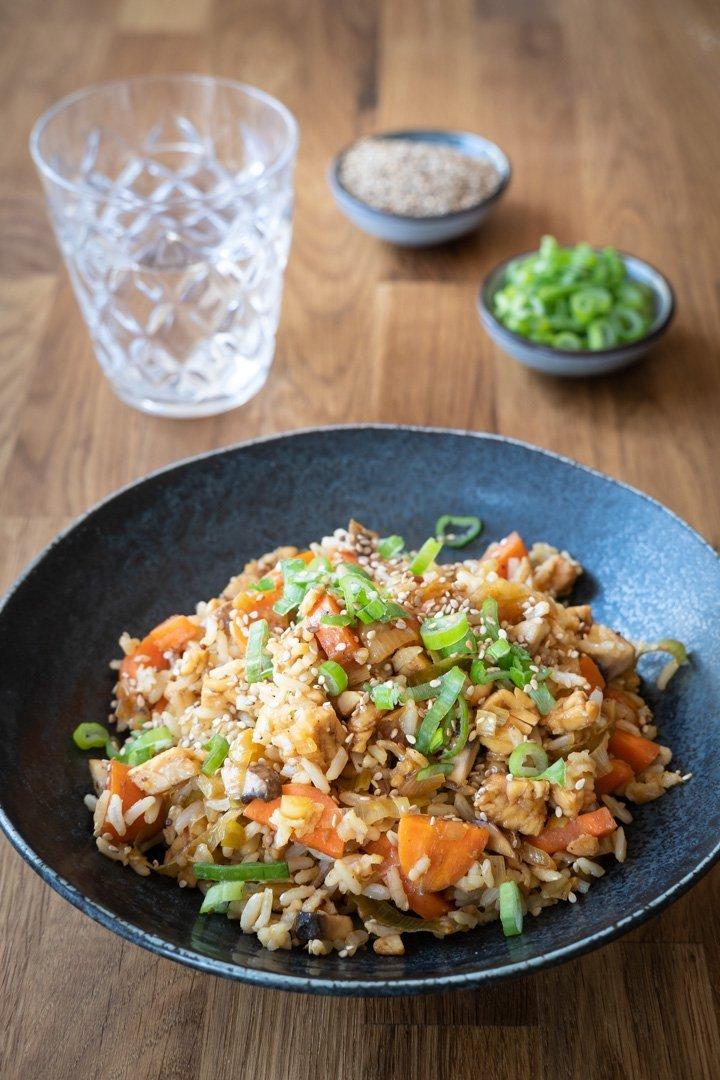 Vegane Reispfanne mit Tempeh, Lauch und Karotten