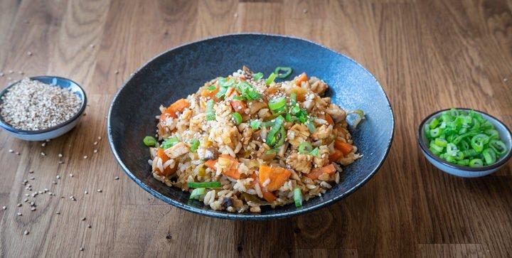 Vegane Reis-Gemüse-Pfanne mit Tempeh und süßer Sesam-Soße