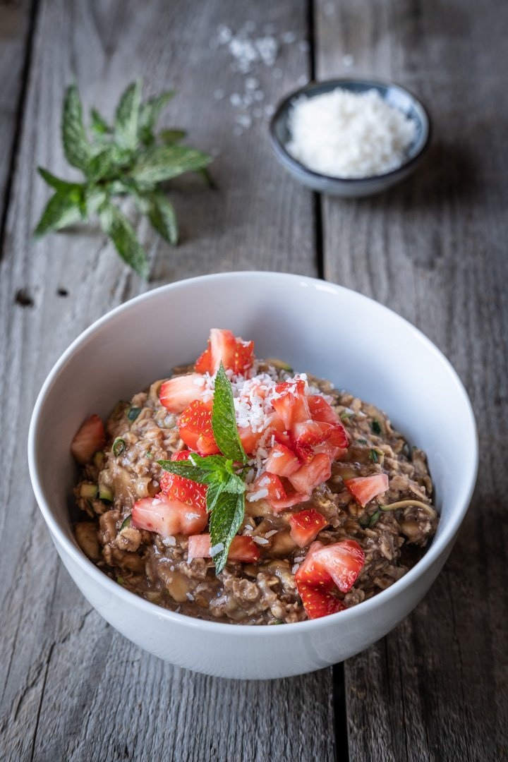 Eine Schale mit veganem Zucchini-Schoko-Porridge