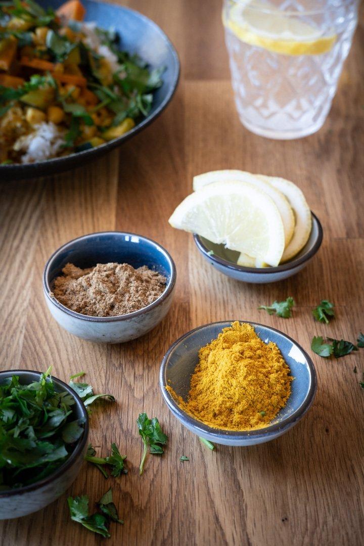 Verschiedene Gewürze und Kräuter für das Kichererbsen-Gemüsecurry