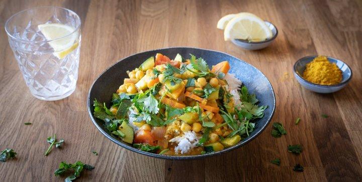 Ein Teller mit Kichererbsen-Gemüsecurry