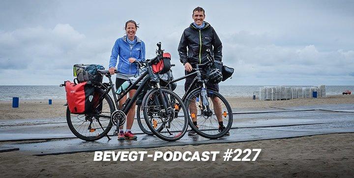 Daniel und Katrin mit ihren Fahrrädern an der Nordseeküste bei Hoek van Holland