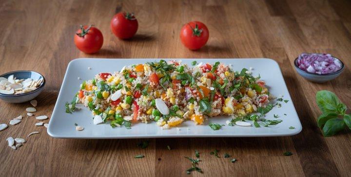 Sommerlicher Quinoasalat mit Tomaten, Paprika, Mais und grünen Erbsen