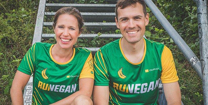 Titelbild: Katrin und Daniel sitzen in den RUN VEGAN Laufshirts auf einer Stahltreppe