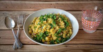 Titelbild: Pasta mit Grünkohl, Sojafleisch und Currysoße