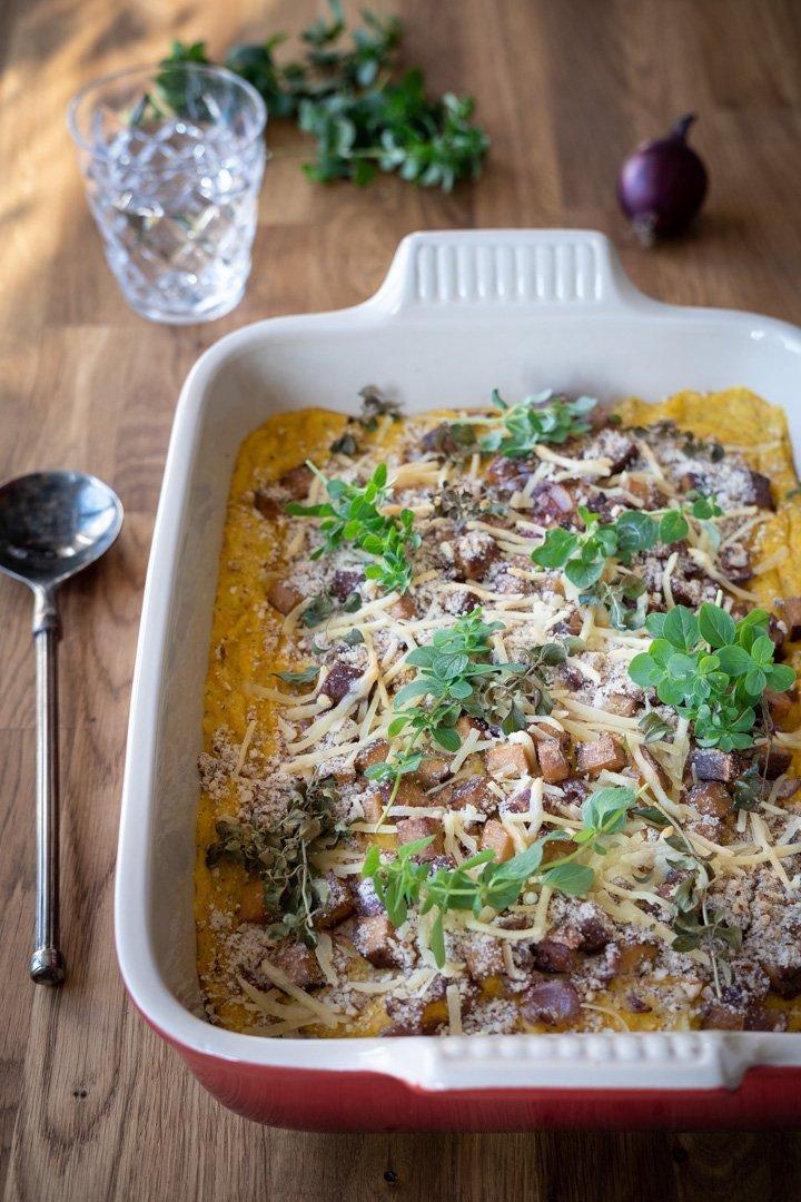 Veganer Chicorée-Auflauf mit Gemüsesoße und Räuchertofu