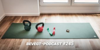 Titelbild: Eine Trainingsmatte mit Kettlebells, Trainingsbändern und einem Intervall-Timer