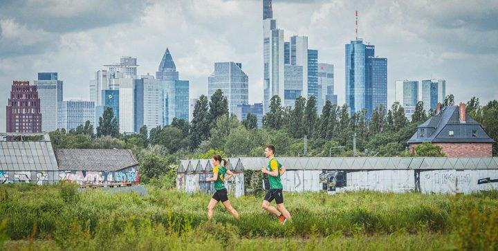 Titelbild: Katrin und Daniel laufen vor der Frankfurter Skyline