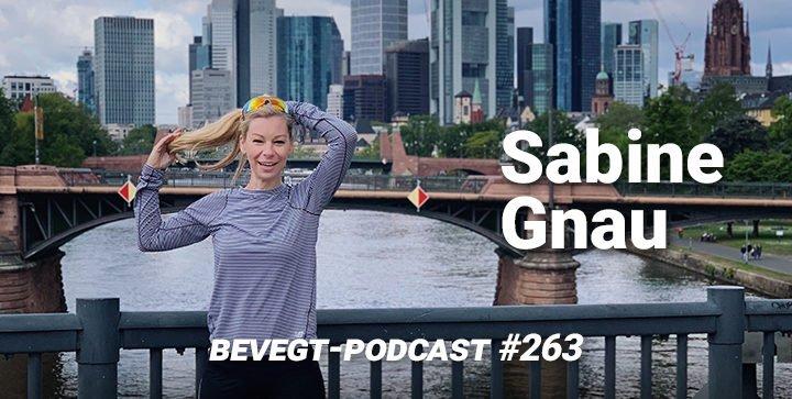 Titelbild: Sabine Gnau steht auf einer Brücke vor der Frankfurter Skyline