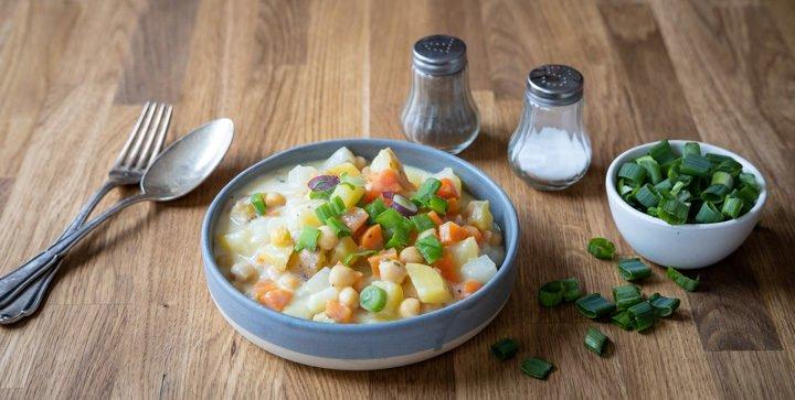 Titelbild: Ein Teller mit veganem Rahmgemüse