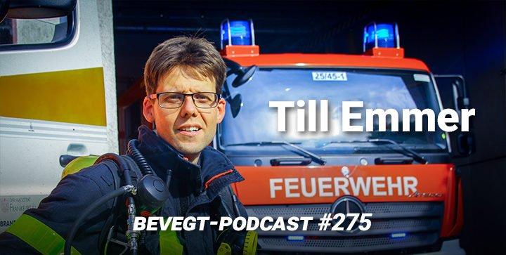Titelbild: Till Emmer in Feuerwehrmontur vor einem Einsatzfahrzeug
